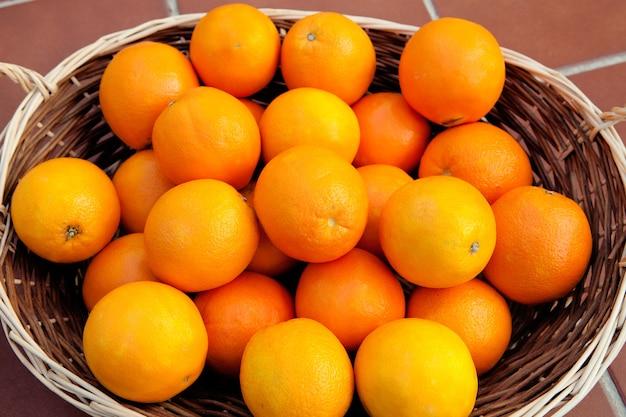 Panier rempli d'oranges à la peau éclatante