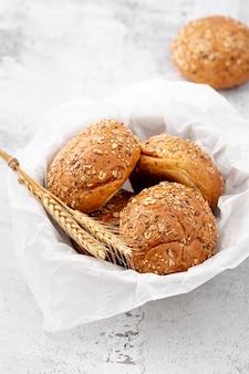 Panier avec serviette pleine de petits pains cuits au four