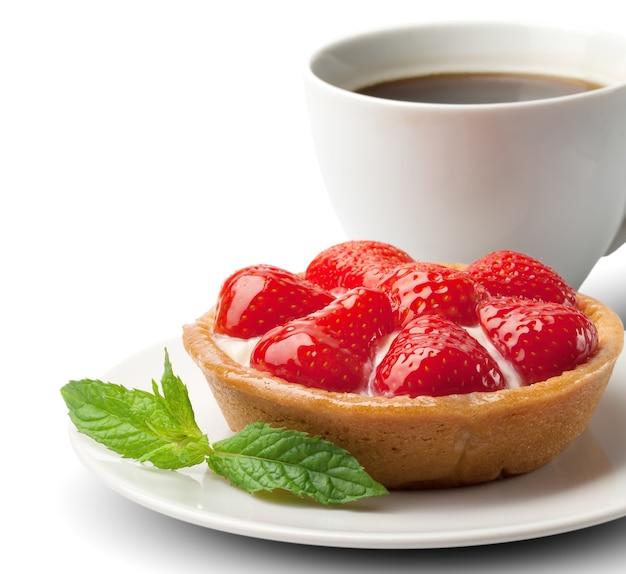 Panier sucré avec crème et fraises, sur blanc
