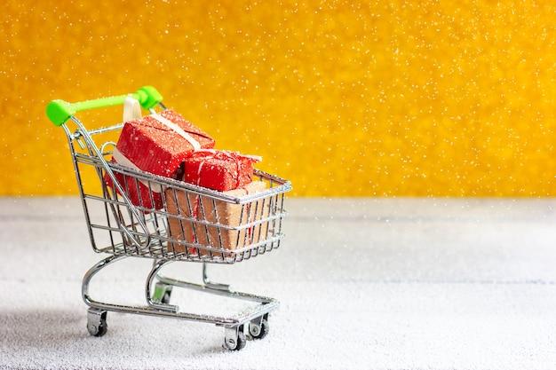 Panier de supermarché plein d'achats