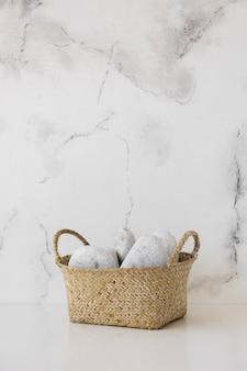 Panier sur table avec fond en marbre et espace de copie