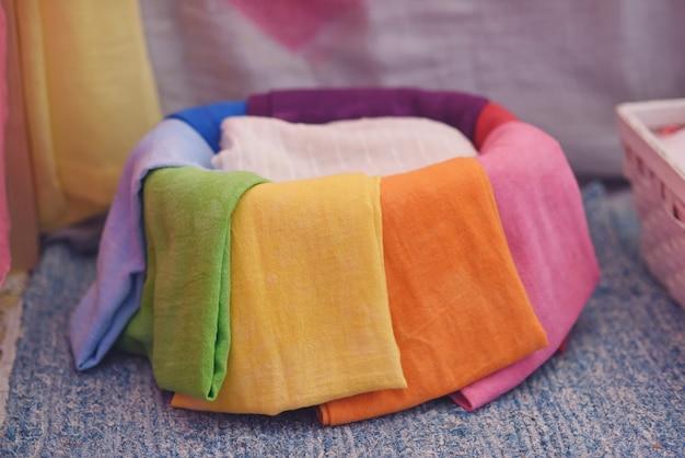 Panier avec des tissus colorés