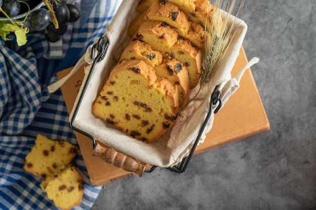 Panier de tranches de gâteau aux raisins secs sur livre avec nappe