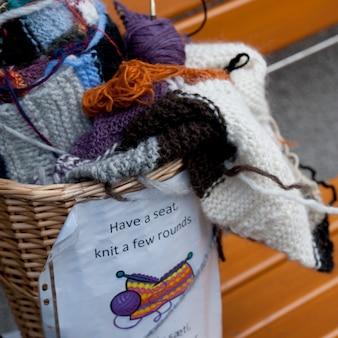 Panier à tricoter sur banc