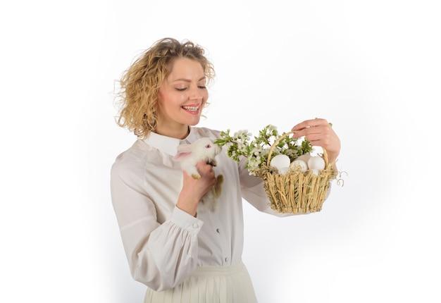 Panier de vacances de printemps avec des oeufs lapin d'oeuf de pâques joyeux jour de pâques mignon lapin poilu femme souriante