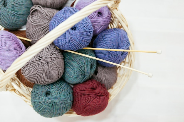 Panier avec une variété de bois de fils et d'aiguilles à tricoter