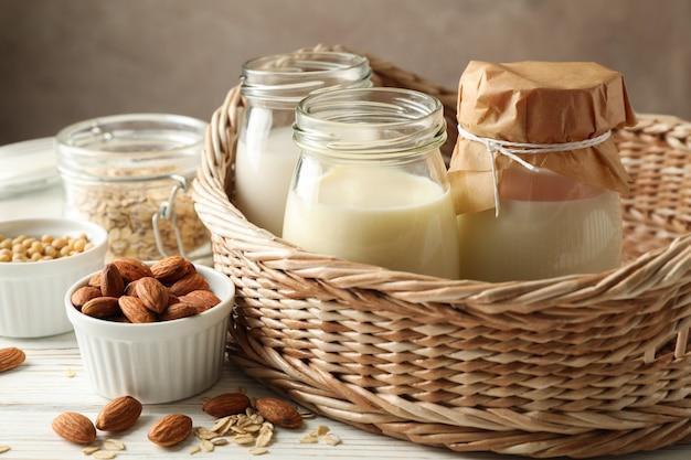 Panier avec des verres de différents types de lait sur bois