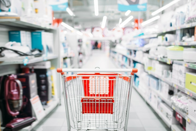 Panier vide dans le département des appareils ménagers, supermarché. chariot au marché, personne