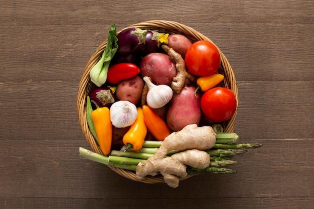 Panier vue de dessus avec des légumes