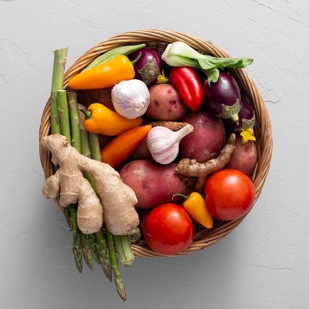 Panier vue de dessus avec mélange de légumes