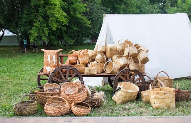 Paniers de bouleau antiques antiques. produits à base d'écorce de bouleau.