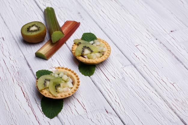 Des paniers cuits au four avec des kiwis verts exotiques