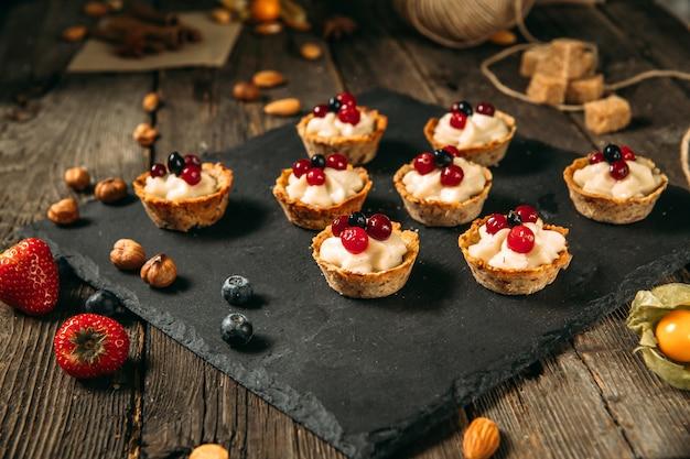 Paniers de desserts sucrés à la crème et aux baies