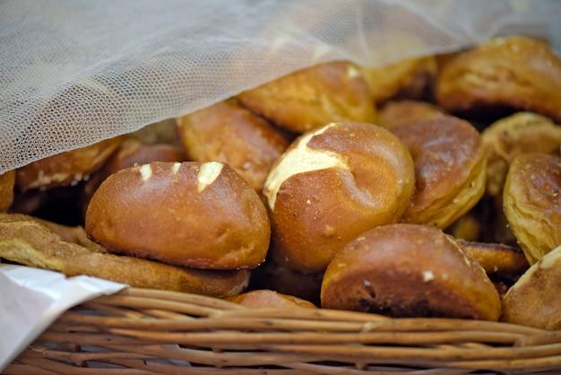 Paniers de différents pains au marché brésilien