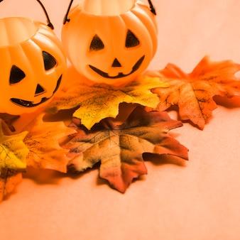 Paniers jack-o-lantern sur les feuilles