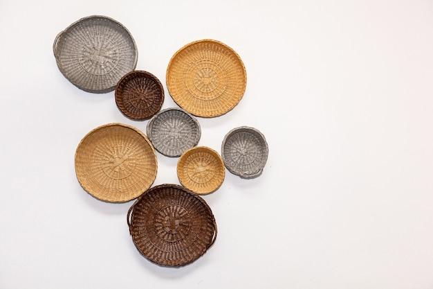 Paniers En Osier Boîtes à Pain Assiette à Pain Plat Pour Aliments Ou Fruits Attachés à Un Mur Blanc Photo Premium