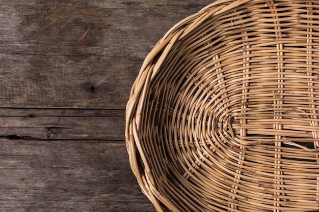 Paniers en osier sur fond en bois