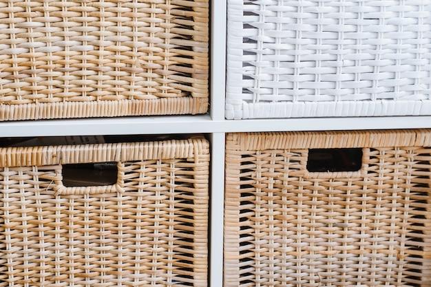 Paniers en osier marron et blanc au bureau