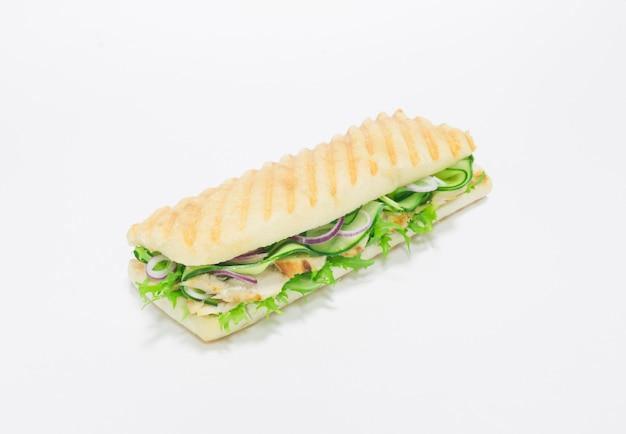 Panini gastronomique avec poitrine de poulet, concombre et oignons. vue de dessus. fond blanc. concept de saine alimentation. technique mixte