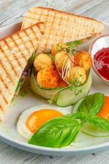 Panini sandwich au club avec jambon, tomate, fromage et basilic avec boulettes de fromage