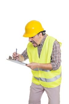 Paniquer ingénieur masculin prenant des notes sur le presse-papiers