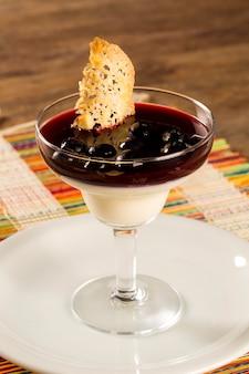 Pannacotta dessert italien aux fruits rouges sur une surface en bois