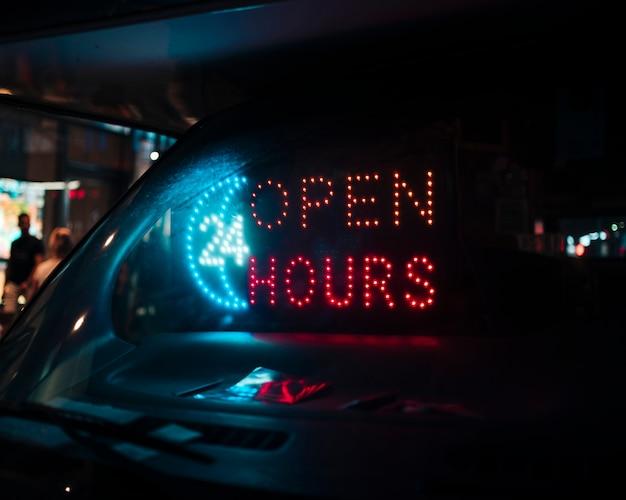 Panneau de 24 heures d'ouverture dans des néons