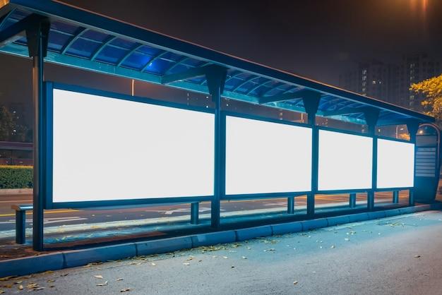 Panneau d'affichage en blanc à l'arrêt de bus