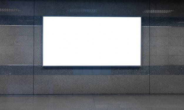Panneau d'affichage blanc blanc pour la publicité ou la carte dans le métro