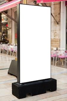 Panneau d'affichage blanc dans la rue commerçante