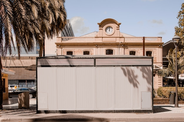 Panneau d'affichage blanc devant le bâtiment dans la ville