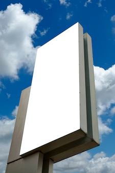 Panneau d'affichage blanc à nouveau ciel bleu, vous pouvez mettre votre texte ici