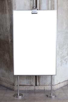 Panneau d'affichage en blanc pour publicité sur la rue piétonne dans le centre de la grande ville.