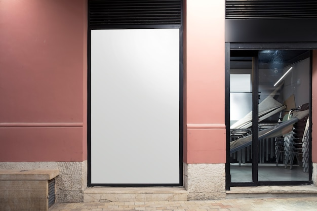 Panneau d'affichage blanc près de l'entrée