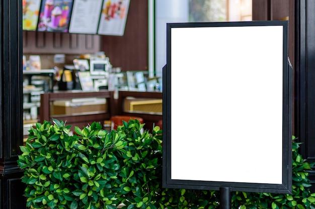 Panneau d'affichage blanc vierge pour la publicité