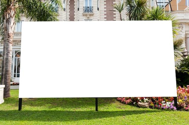 Panneau d'affichage dans un jardin