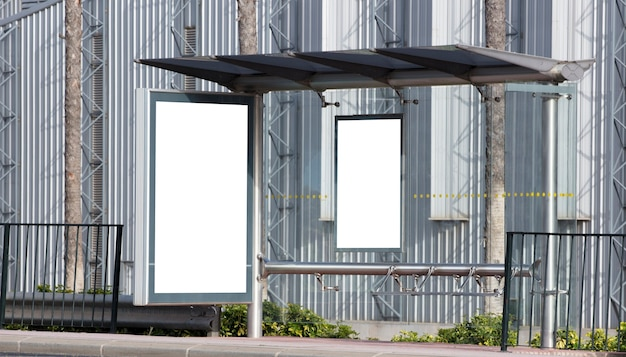 Panneau d'affichage dans la zone industrielle de la ville avec fond métallique