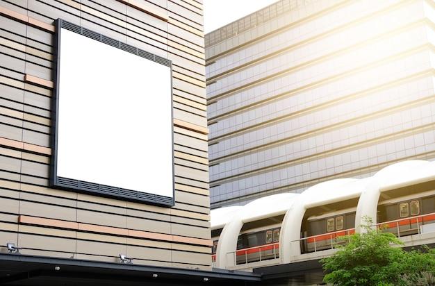 Panneau d'affichage à l'extérieur du bâtiment près de la maquette du skytrain de l'espace réservé à la bannière