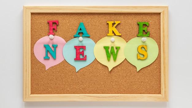 Panneau d'affichage avec de fausses nouvelles