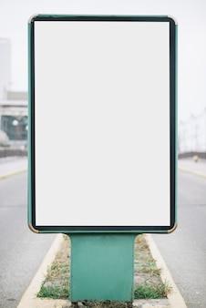 Panneau d'affichage gros plan sur la route
