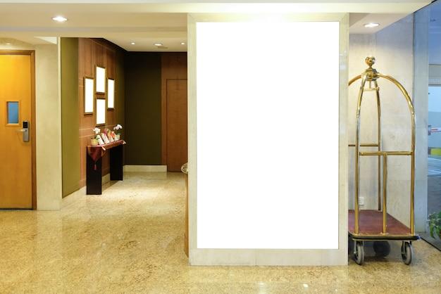 Panneau d'affichage à l'intérieur du bâtiment de l'hôtel près de la maquette de la zone de réception d'un espace réservé à la bannière