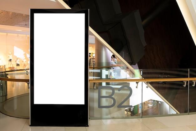 Panneau d'affichage à l'intérieur de la maquette d'un grand magasin d'un espace réservé de bannière de centre commercial