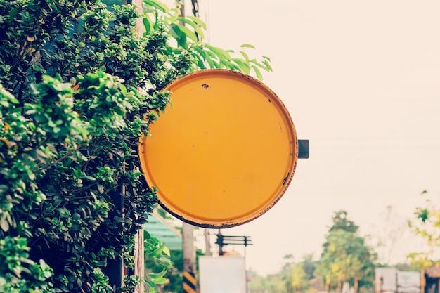 Panneau d'affichage jaune vide et signe de fond avec espace