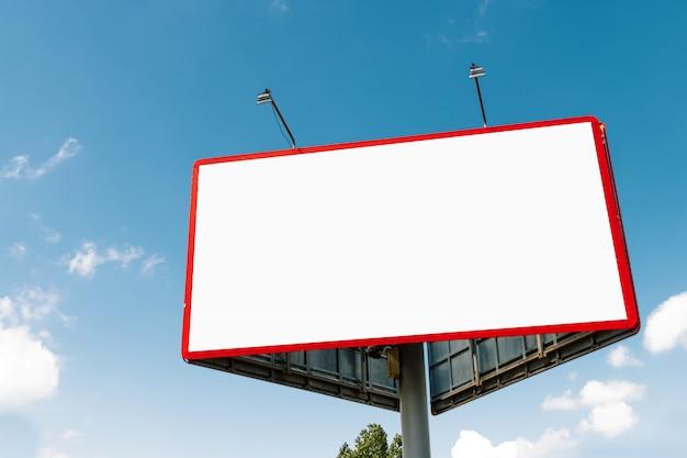Panneau d'affichage, panneau d'affichage, panneau d'affichage en toile, contre le ciel bleu