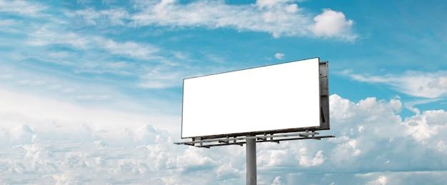 Panneau d'affichage - panneau d'affichage vide en face de beau ciel nuageux dans une zone rurale