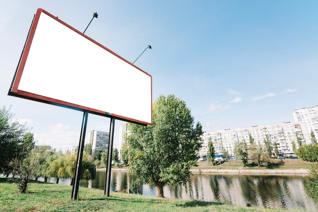 Panneau d'affichage près de la rivière