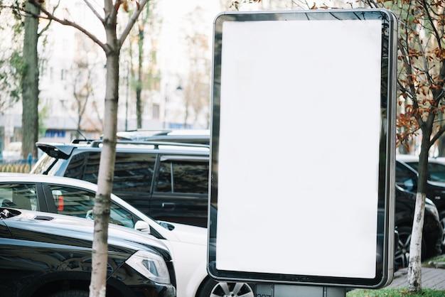 Panneau d'affichage près des voitures garées