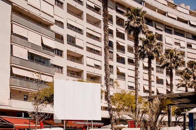 Panneau d'affichage publicitaire devant l'immeuble d'habitation
