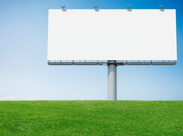 Panneau d'affichage publicitaire avec de l'herbe verte
