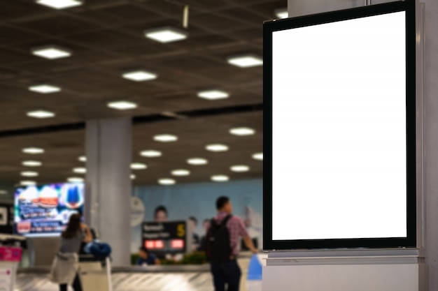 Panneau d'affichage publicitaire vide à l'aéroport.